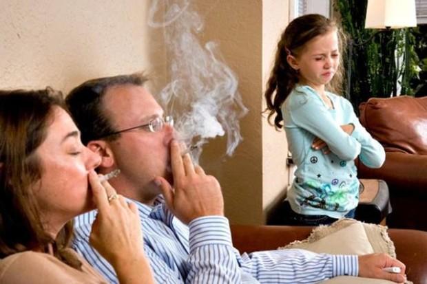 Niños, los fumadores pasivos de España